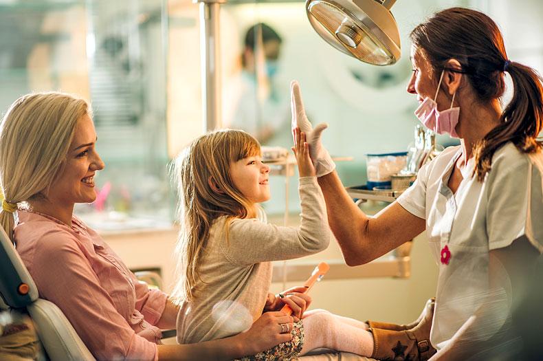 Kinderzahnärztin Dr. Vera Müller in der Zahnarztpraxis in Hildisrieden