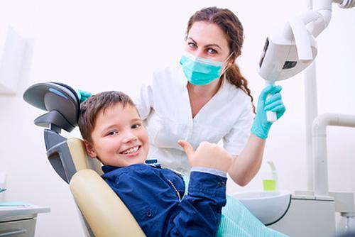 Kinderzahnärztin in der Zahnarztpraxis Dr. Büttner in Hildisrieden