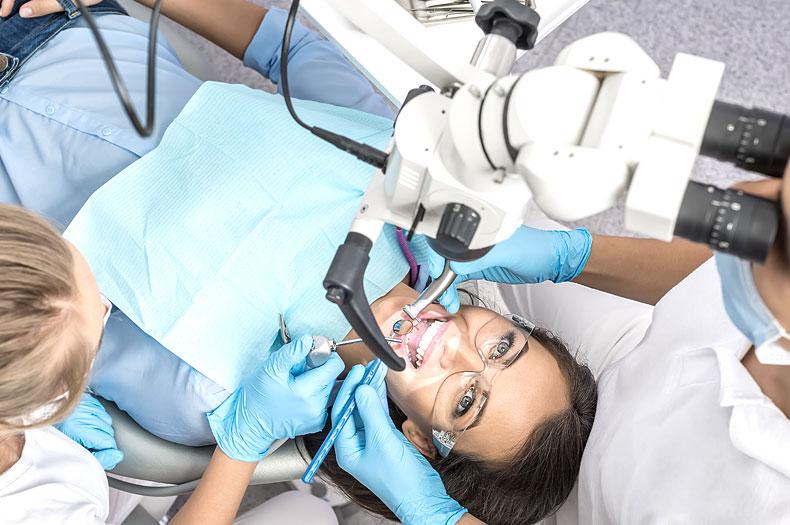 Mikroskopische Wurzelkanalbehandlung in der Zahnarztpraxis Dr. Büttner in Hildisrieden